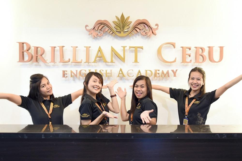 フィリピン人の講師と談笑するスタッフと生徒様の写真
