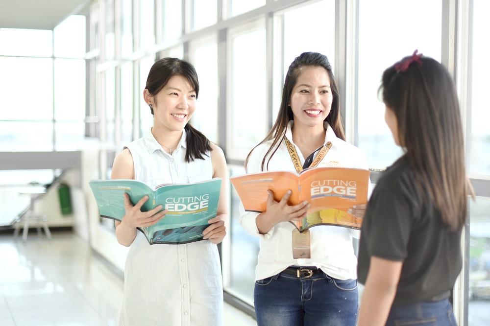 留学生のキャリアカウンセリングをしているスタッフの写真