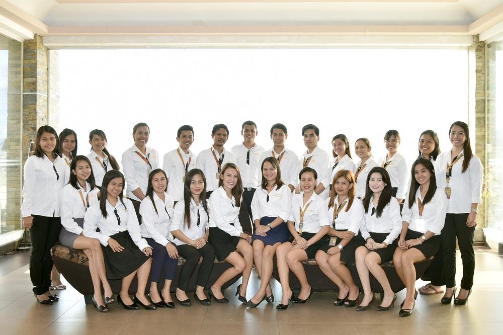 フィリピン人講師の集合写真